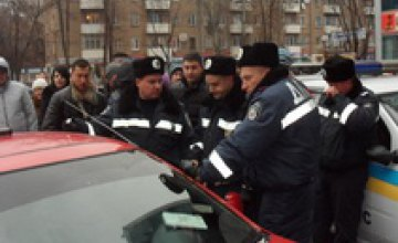В Кривом Роге водителя-наркомана 15 часов «выкуривали» слезоточивым газом из машины (ФОТО)