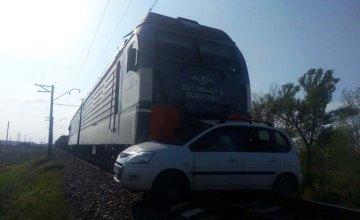 На Днепропетровщине грузовой поезд протаранил авто: есть погибшие (ВИДЕО)