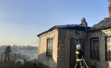 В Никопольском районе горела сухая трава: огонь распространился на жилой дом