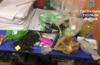 В центре Днепре задержали мужчину, который ел продукты в магазине, не заплатив за них
