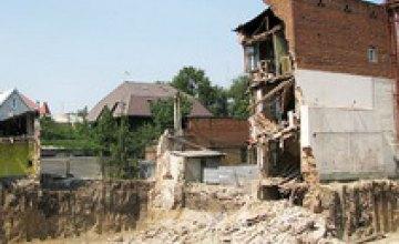 Пострадавшие упавшего дома в Днепропетровске проводят все свое время на месте аварии (ВИДЕО)