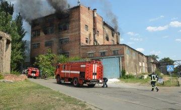 В Днепре ликвидировали пожар на территории предприятия (ВИДЕО)