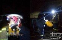 Ночью в Кривом Роге пожарные помогли медикам госпитализировать пенсионерку с травмой головы