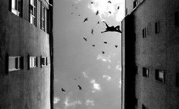 В Кривом Роге полуторагодовалый ребенок выпал с 8-го этажа