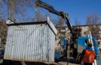 В Днепре коммунальщики убрали киоск, незаконно установленный на проезжей части