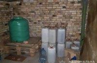 На Днепропетровщине мужчина в гаражах торговал паленым алкоголем
