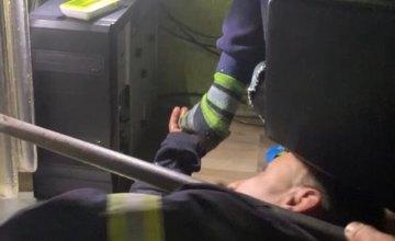 На Днепропетровщине ребенок застрял в чугунной батарее (ВИДЕО)