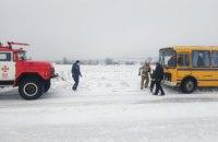В Днепропетровской области пассажирский автобус застрял в сугробе