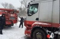 На Западной Украине из-за сильных снегопадов ограничено движение на ряде дорог (ФОТО)