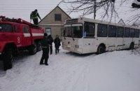 На Днепропетровщине спасатели высвободили из ловушки застрявший в снегу автобус с пассажирами