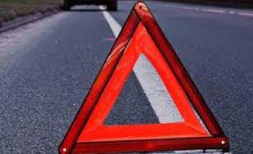В Новомосковском районе ГАЗ влетел в авто и стоящего рядом человека: пешеход погиб