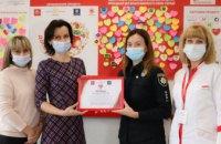 Biopharma Plasma Дніпро та обласне Управління патрульної поліції передали сертифікат на 30 тисяч гривень дитячій лікарні (ФОТО, ВІДЕО)