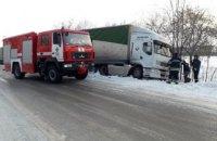 На Днепропетровщине спасатели вытащили грузовик, который слетел в кювет (ФОТО, ВИДЕО)