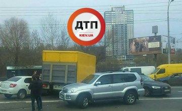 В Киеве на пр. Лобановского столкнулись 6 автомобилей, движение остановлено (ФОТО)
