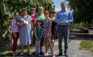 Руководитель области поздравил жительницу Павлограда с присвоением почетного звания «Мать-героиня»