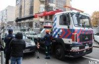 В центре Днепра эвакуируют автомобиль припаркованный на пешеходном переходе (ФОТО)