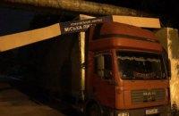 Не рассчитал габариты и застрял под вывеской: в Кривом Роге спасатели вытянули грузовик (ФОТО)