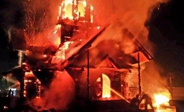 В Днепре спасатели почти три часа тушили горящий дом в Самарском районе