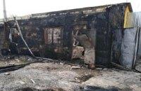 Под Днепром пожар распространился с сухой травы на гараж: сгорел Lanos (ФОТО)