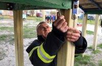 В Першотравенске спасатели освободили ребенка, застрявшего ногой в детской горке