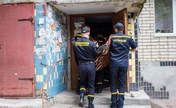 На Днепропетровщине четверо спасателей заносили больного на пятый этаж