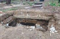 В Кривом Роге мужчина упал в смотровую яму и не смог самостоятельно выбраться