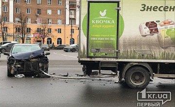 В Кривом Роге легковушка столкнулась с грузовиком