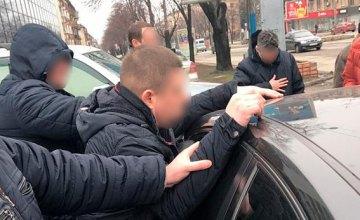 В Запорожской области задержали полицейского, который требовал от киевлянина взятку в 2,5 тыс. долл