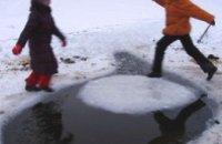 Мужчина снял со льдины двоих детей