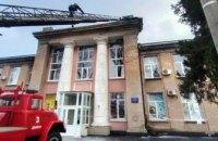 С крыши Днепровской городской больницы № 9 сорвало металлический лист