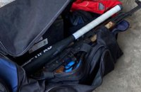 Пистолеты, два ножа и бита: на Днепропетровщине патрульные обнаружили возле подъезда подозрительную сумку (ФОТО)