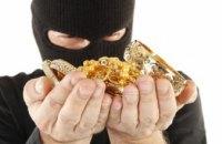 В Днепре ранее судимый за грабёж похитил у женщины золотые украшения