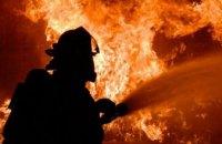 В Днепре на Привокзальной горел подвал на территории предприятия (ВИДЕО)