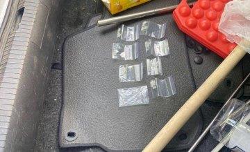 В Днепре задержан мужчина с наркотиками, отмычками и поддельным удостоверением работника СБУ