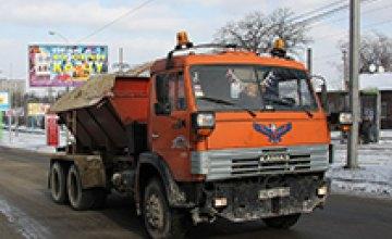 Этой ночью днепропетровские дороги убирали 63 машины