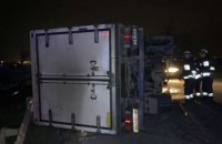 В Днепре на Полтавском шоссе грузовик зацепил отбойник и перевернулся: водитель госпитализирован