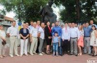 Команда Радикальной партии Днепропетровской области по случаю Дня Конституции возложили цветы к памятнику Шевченко