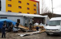 В Житомирской области ветром сорвало крышу со здания: одна женщина погибла