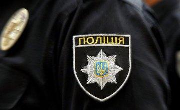В Днепре полицейский спас женщину, на которую напали с ножом на остановке