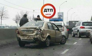 В Киеве на Набережном шоссе столкнулись 3 автомобиля: образовалась пробка (ФОТО)