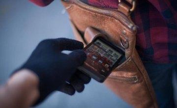 В Кривом Роге мужчина попросил воды и, воспользовавшись моментом, украл телефон