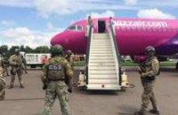 Полиция ищет взрывчатку в самолете, который приземлился в Киеве со 160 пассажирами на борту
