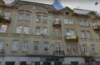 Во Львове на 18-летнюю девушку упал обломок балкона