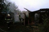 В Петриковском районе на территории частного дома горела хозпостройка