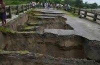 В Индии обрушился мост: без вести пропали более 20 человек (ВИДЕО)