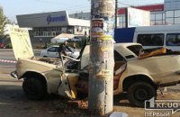 В Днепропетровской области «Лада» врезалась в столб: водителя из искорёженного авто доставали спасатели (ФОТО)