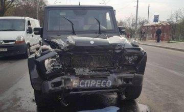 В Киеве пьяный автомойщик угнал Mercedes G-Class и протаранил 2 машины на светофоре (ФОТО)