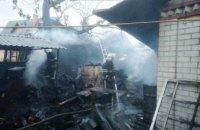 На Днепропетровщине во время пожара в частном доме сгорел автомобиль: огонь уничтожил около 100 кв. м