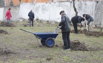 Весняне прибирання: у Дніпрі упорядковують території лікарень і закладів соціальної сфери