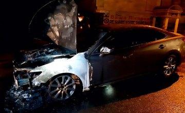 В Днепре сгорела припаркованная «Mazda»